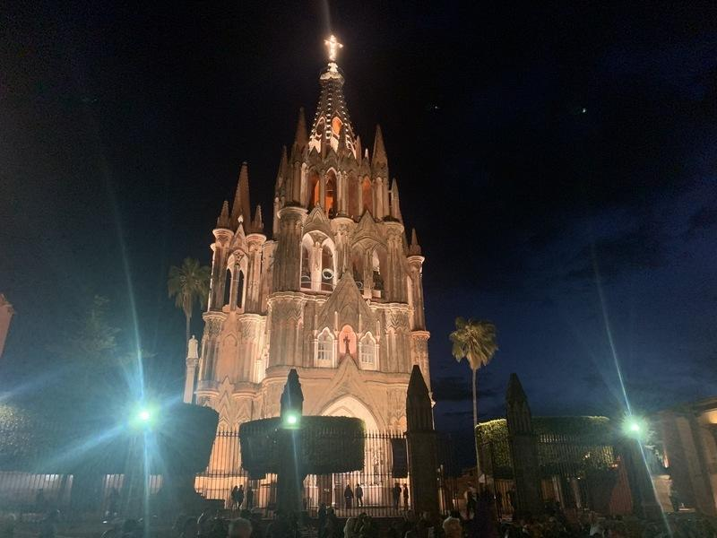 The main church of San Miguel de Allende at night